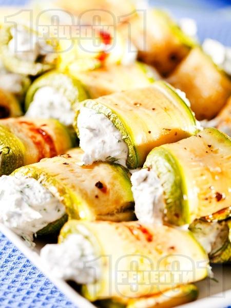 Предястие от печени тиквички пълнени със сирене и заквасена сметана - снимка на рецептата
